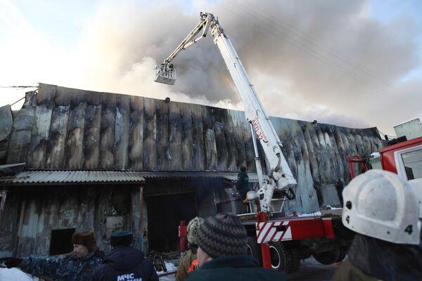Пожар на складе хозяйственных товаров в Екатеринбурге