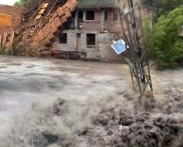 Стихийное бедствие в Перу. Мощные оползни рушат дома