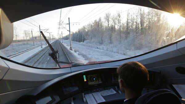 Машинист в кабине скоростного поезда Сапсан, архивное фото