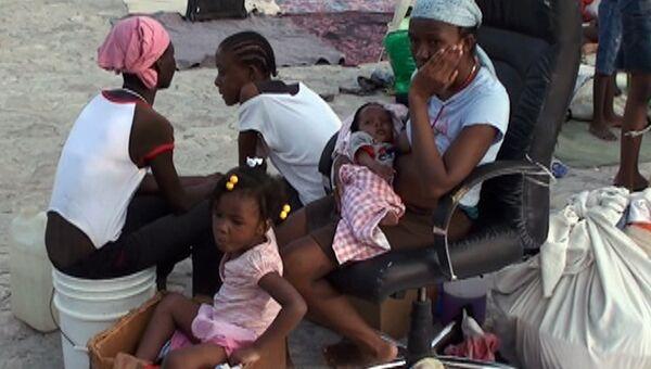 Пострадавшие от землетрясения живут в палаточных лагерях
