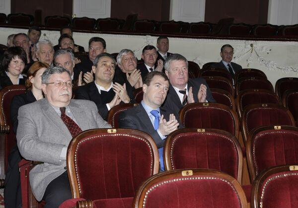 Д.Медведев побывал на представлении в Таганрогском драматическом театре