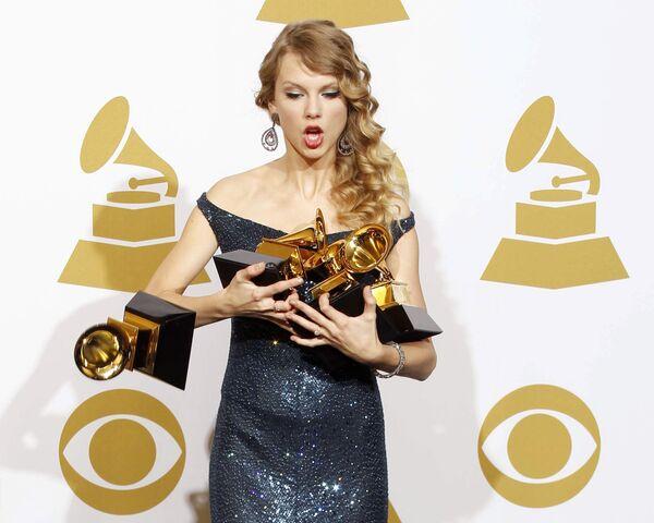 Американская исполнительница поп-музыки и кантри Элисон Тейлор Свифт на церемонии вручения премии Грэмми-2010