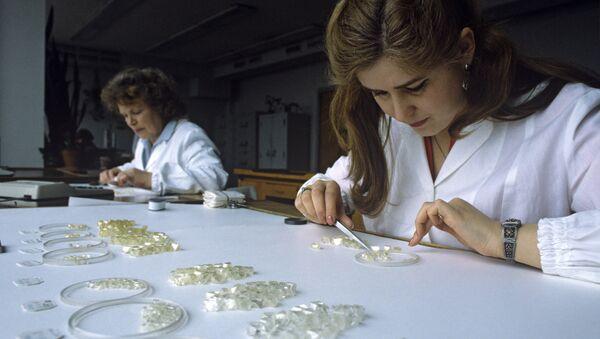 Сортировка природных алмазов. Архивное фото