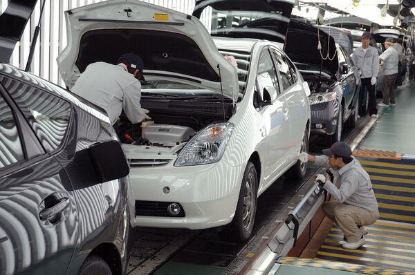 Гибридный автомобиль Toyota Prius на сборочном конвеере