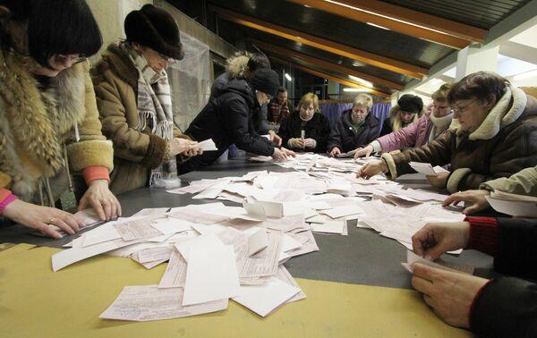 Подсчет голосов на избирательном участке на Украине