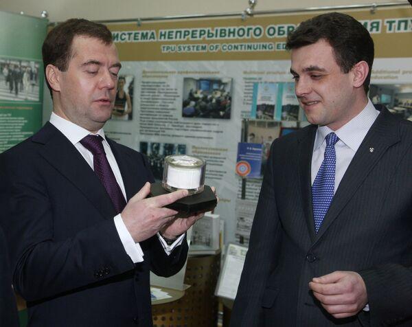 Президент РФ Дмитрий Медведев (слева) в Томском политехническом университете. Архив