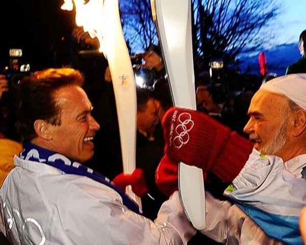Олимпийский огонь в руках Терминатора. Видео блогера Vechtomov