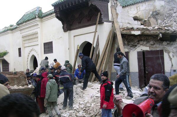 На месте обрушения мечети в городе Мекнес на северо-западе Марокко