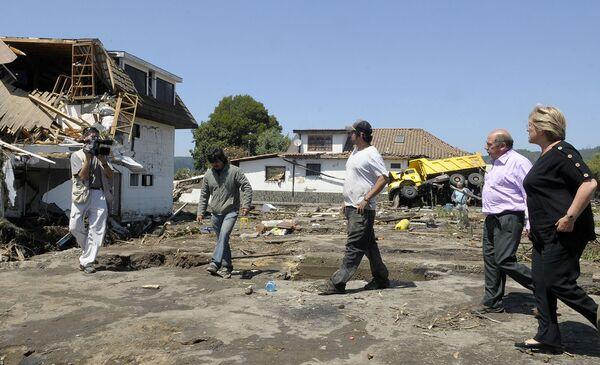 Президент Чили Мишель Бачелет в пострадавшем от землетрясения районе
