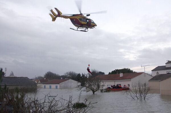 Спасательные работы во Франции в районах, пострадавших от урагана Ксинтия