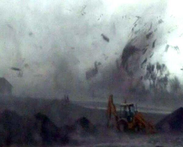 Охотникам за торнадо удалось снять на видео гигантский смерч