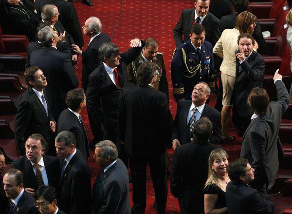 Члены Конгресса и гости на церемонии инаугурации президента Чили во время землетрясения