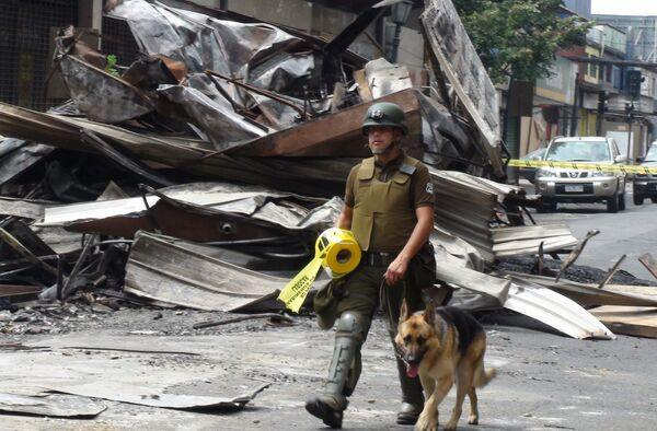 Карабинеры на улицах города Консепсьон в Чили, пострадавшего от землетрясения