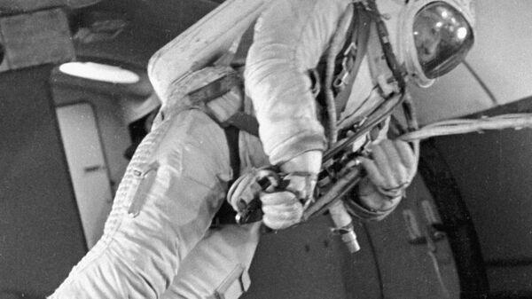 Космонавт Леонов в самолете-тренажере