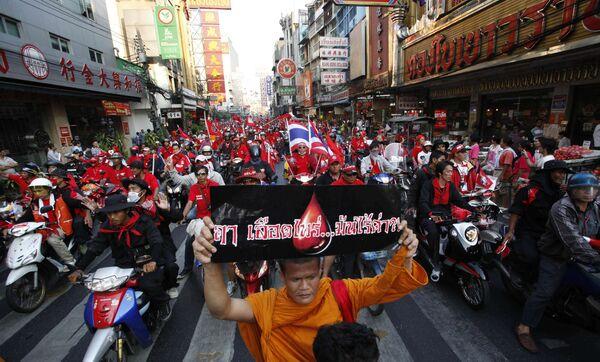 Агитационный автомобильно-мотоциклетный марш оппозиционного массового движения краснорубашечников в Бангкоке