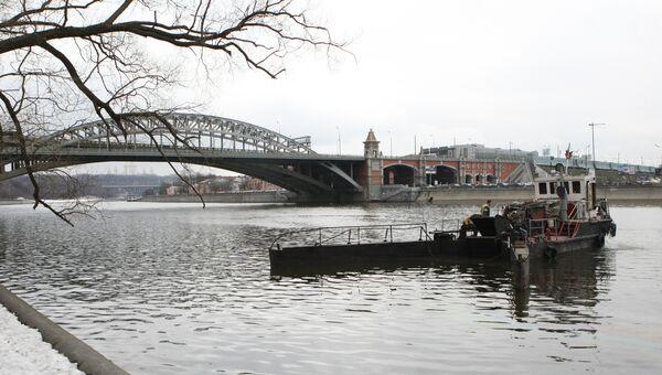 Очистка воды в Москве-реке от масляной пленки. Архивное фото