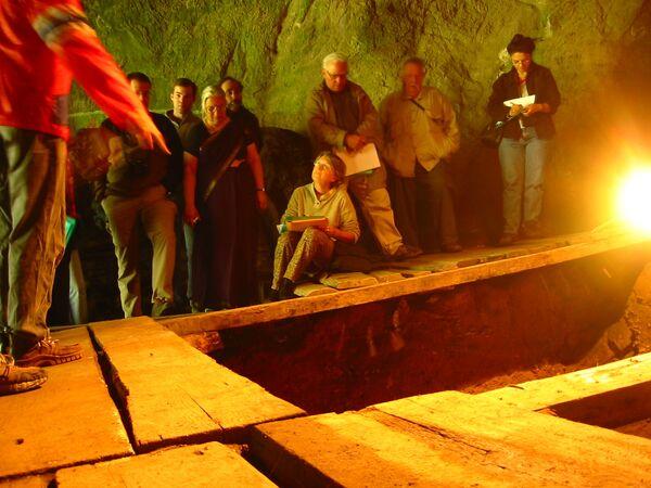 Участники раскопок внутри пещеры Денисова