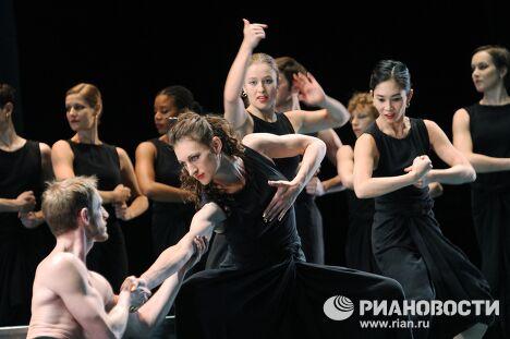 Спектакль Марка Морриса Дидона и Эней, представленного в рамках фестиваля Золотая Маска
