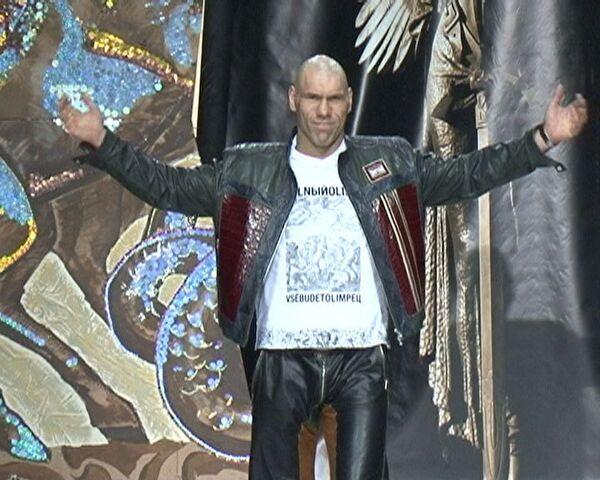 Николай Валуев впервые вышел на подиум в роли модели