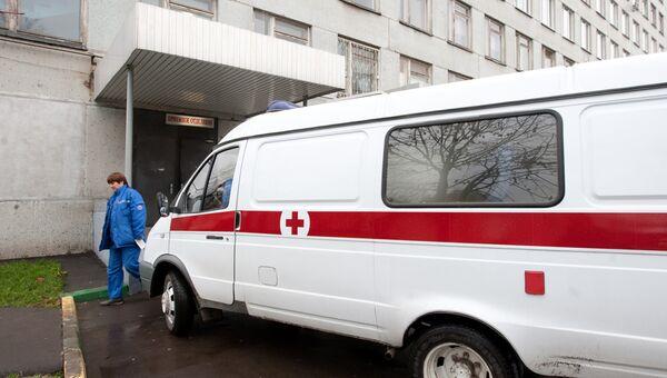 Машина скорой помощи у приемного отделения одной из городских больниц. Архив