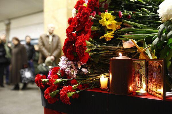 Возложение цветов на станции метро Парк культуры. Архив