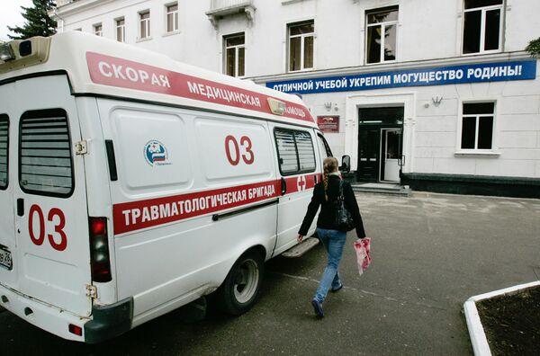 Машина скорой помощи на территории Ставропольского кооперативного техникума экономики, коммерции и права. Архив
