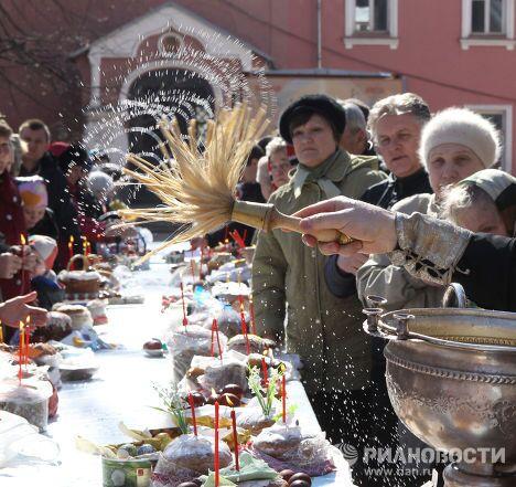 Освящение пасхальных куличей в Донском монастыре в Москве