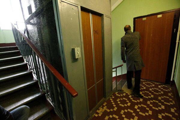 Дверь в квартиру № 303 в доме 95 на Ленинском пропекте, где было обнаружено тело Людмилы Чичваркиной, матери экс-главы Евросети Евгения Чичваркина