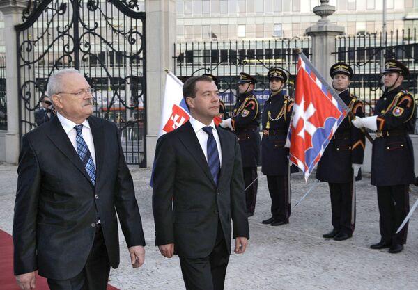 Президент России Дмитрий Медведев и и президент Словакии Иван Гашпарович (справа налево). Архив