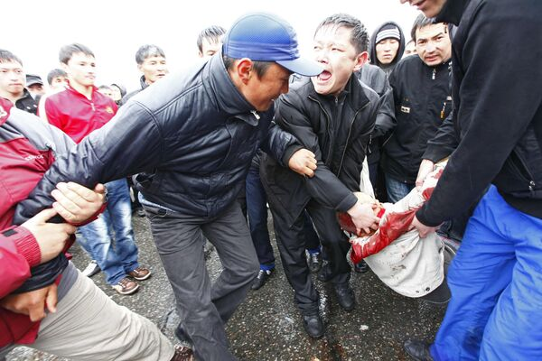 Столкновения между полицией и оппозицией на улицах Бишкека