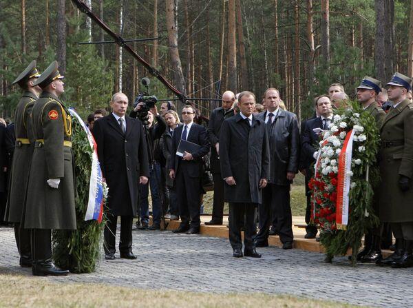 Премьер-министр РФ Владимир Путин возложил венок у мемориального комплекса Катынь