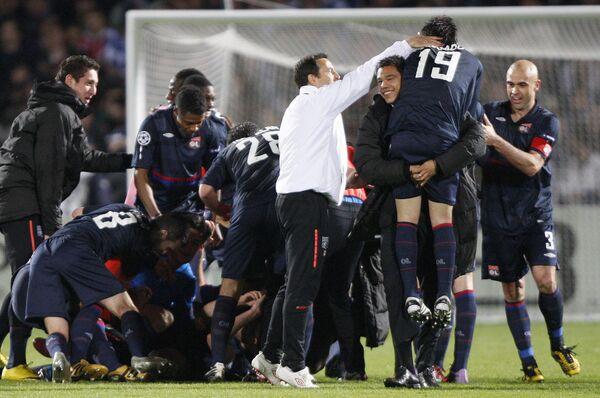 Игроки Лиона радуются выходу в 1/2 ЛЧ по сумме двух матчей с Бордо