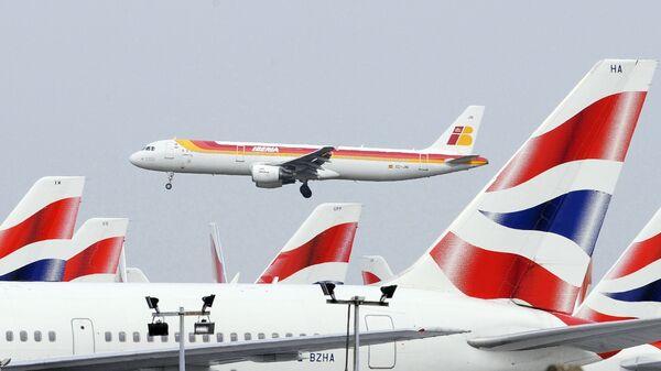 Взлетевший лайнер Iberia на фоне ждущих своей очереди самолетов British Airways