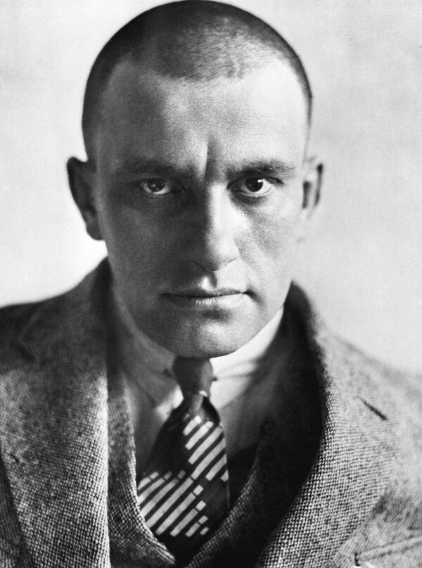 Поэт Владимир Владимирович Маяковский (1893-1930)