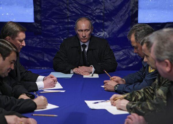 Премьер-министр РФ Владимир Путин провел совещание на аэродроме под Смоленском