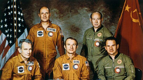 Экипажи космических кораблей Союз и Аполлон
