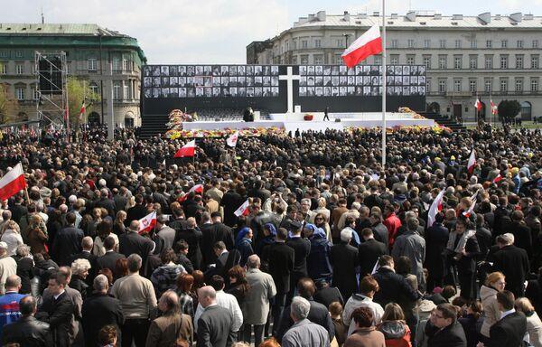 Траурная церемония прощания с жертвами авиакатастрофы под Смоленском на площади Пилсудского в Варшаве