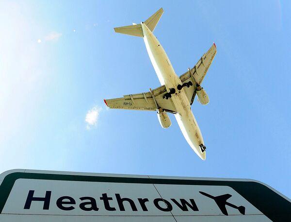 Самолет идет на посадку в аэропорту Хитроу