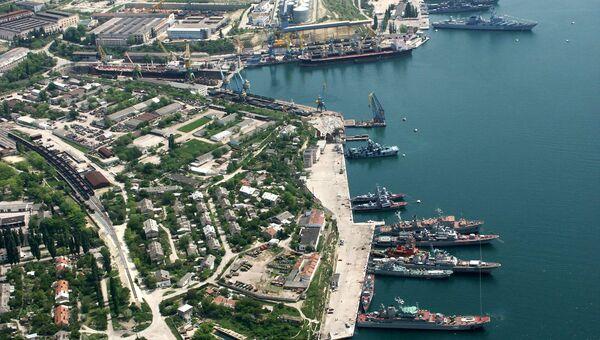 Береговые корабли Черноморского флота на стоянке у берегов города Севастополя. Архивное фото