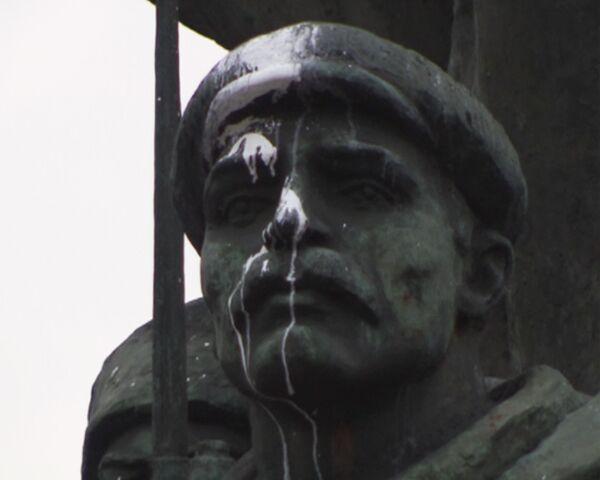 Памятник Ленину облили белой краской