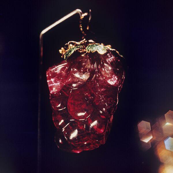 Розовый турмалин в форме виноградной грозди