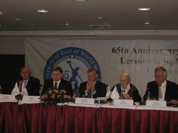 Федеральный канцлер Австрии Альфред Гузенбауэр на пресс-конференции в рамках форума 65-летие окончания Второй мировой войны в Европе - исторические уроки и вызовы современности