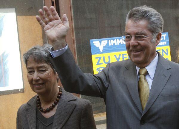 Хайнц Фишер с супругой на избирательном участке