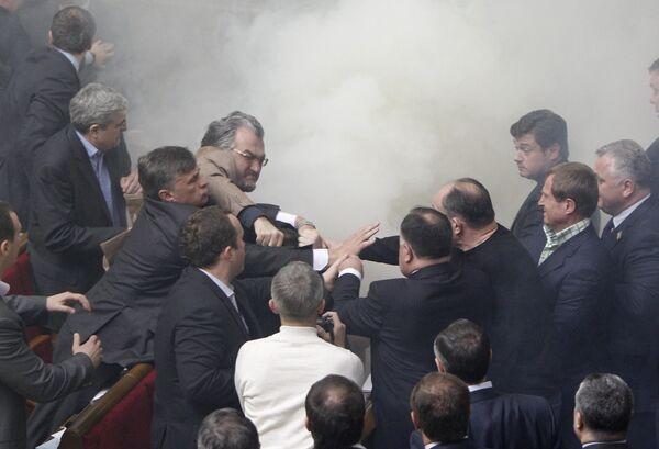 Дымовая шашка брошена в зале заседаний Верховной Рады Украины