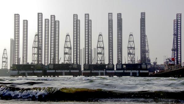 Нефтяные платформы в Каспийском море, архивное фото