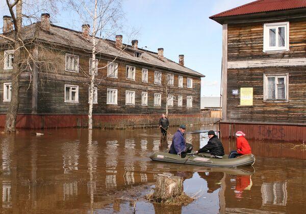 Паводковые воды подступили к жилым домам в Архангельске