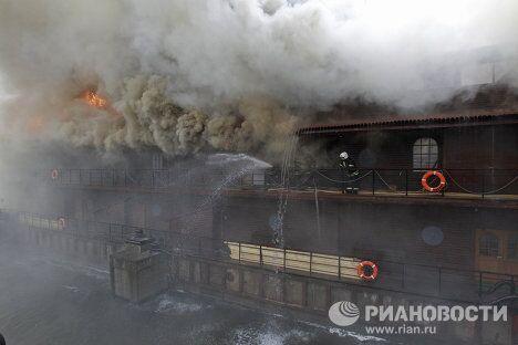 На Бережковской набережной горит плавучий ресторан Викинг