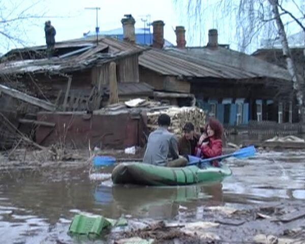 Паводок в Томске загнал людей на крыши