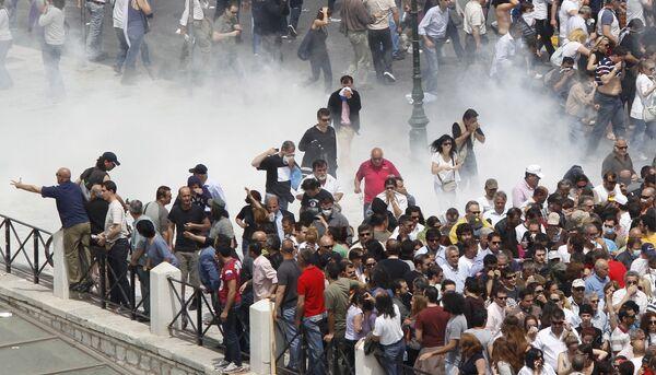 Демонстранты возле здания парламента в Афинах