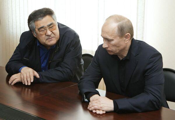 Председатель правительства РФ Владимир Путин и губернатор Кемеровской области Аман Тулеев на встрече с родственниками горняков